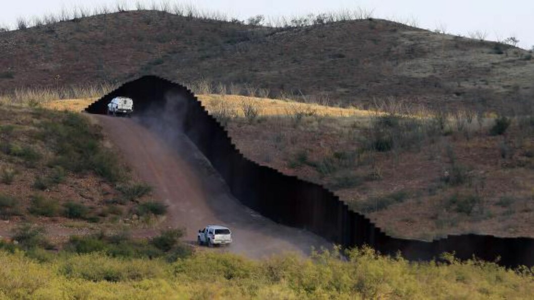 <strong>GRENSEBY:</strong> Naco ligger aller lengst syd i Arizona i USA, og skilles fra Mexico med en svær vegg som kontrolleres av myndighetene. Under jorda har narkosmuglere drevet. Nå er de avslørt. Foto: Ross D. Franklin / NTB Scanpix