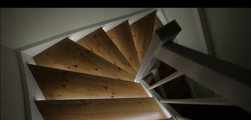 image: Smart med lys i trappen