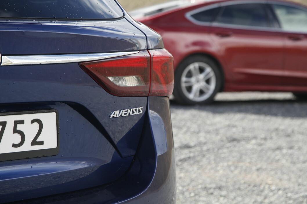 <strong><b>KAMP OM KUNDENE:</strong></b> I mellomklassen er det tøff kamp om kundene. Hvilken er best av Ford Mondeo og Toyota Avensis? Foto: KNUT ARNE MARCUSSEN