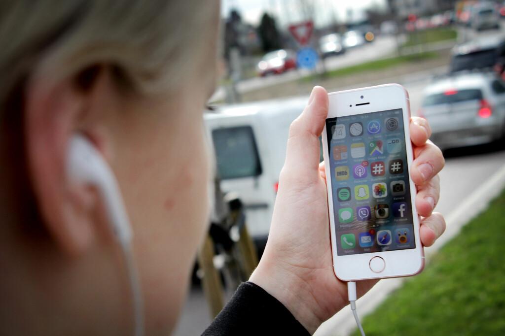 <b>NOE GAMMELT, NYE NYTT:</b> iPhone SE ser ut som en gammel telefon, men gjør jobben som en ny. Nå er endelig prisen noe å snakke om også. Foto: OLE PETTER BAUGERØD STOKKE