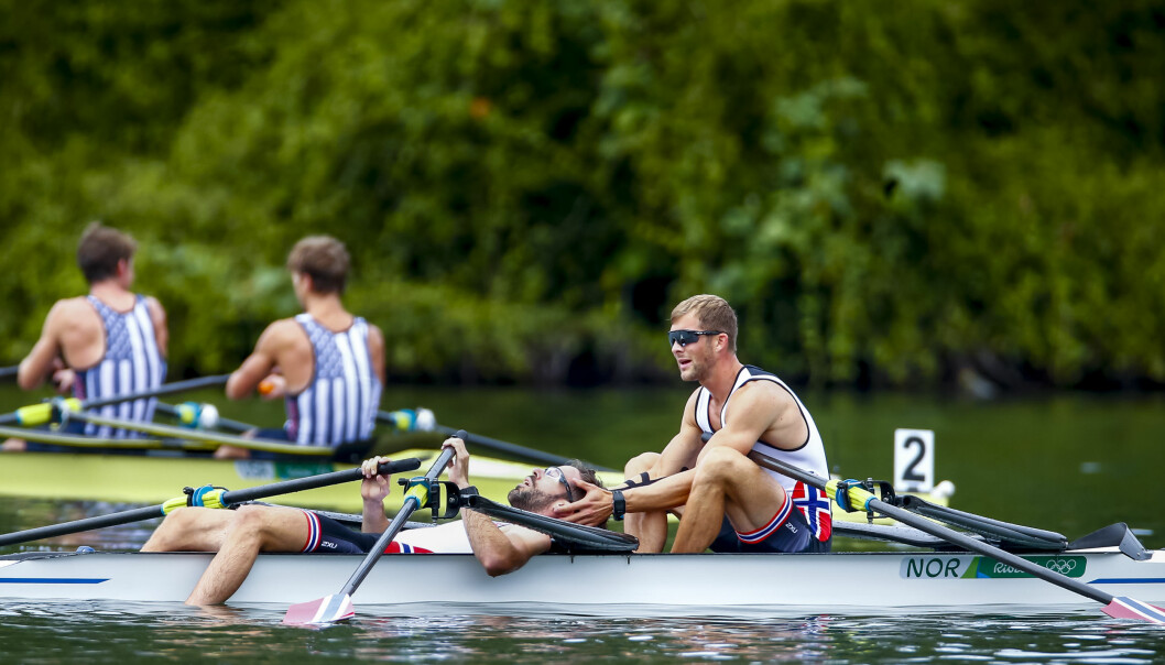 <strong>DEILIG ETTERPÅ:</strong> Roerne Kristoffer Brun (th) og Are Strandli var helt utkjørte etter at de rodde inn til bronsemedalje i lettvekt dobbeltsculler i Rio. Det er vanskelig å sette seg inn i hvordan det føles. Foto: Heiko Junge / NTB scanpix