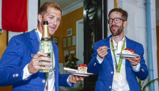 <strong>BRONSEBOYS:</strong> Kristoffer Brun og Are Strandli feiret bronsemedaljen med kake og champagne på gjestehuset Mango Tree. Nå er de hjemme igjen Foto: Heiko Junge / NTB scanpix