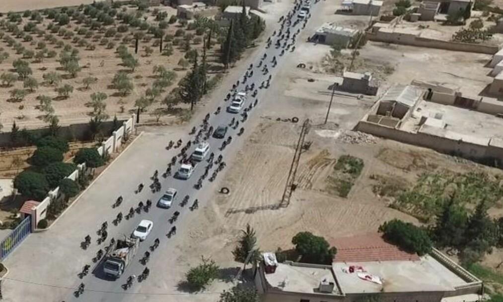 <strong>LEVENDE SKJOLD:</strong> Her flykter IS-krigerne fra byen Manbij nord i Syria. I hver bil sitter det minst én sivil. Foto: SDF Press Center / Twitter