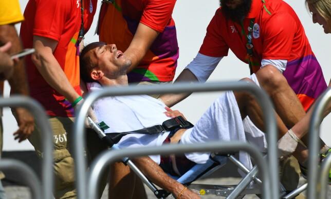 FIKK HJELP: Kappgjengeren fikk til slutt hjelp etter å ha fullført 50-kilometeren. Foto: Jewel Samad / AFP / NTB Scanpix