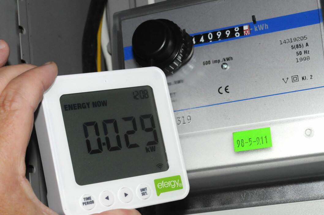 <strong><B>OPTISK MÅLING:</strong></B> Den blinkende, lille lampa i sikringsskapet kan brukes til å måle strømforbruket. Foto: TORE NESET