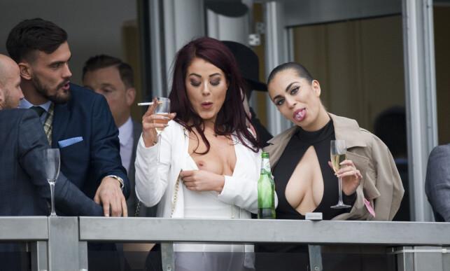 BLOTTET BRYSTENE: Jessica Hayes (t.v.) og Kate Salmon utestenges på livstid fra Cheltenham Festivalen etter «uakseptabel og fornærmende oppførsel». Foto: Mark Large/Daily Mail/Solo Syndication