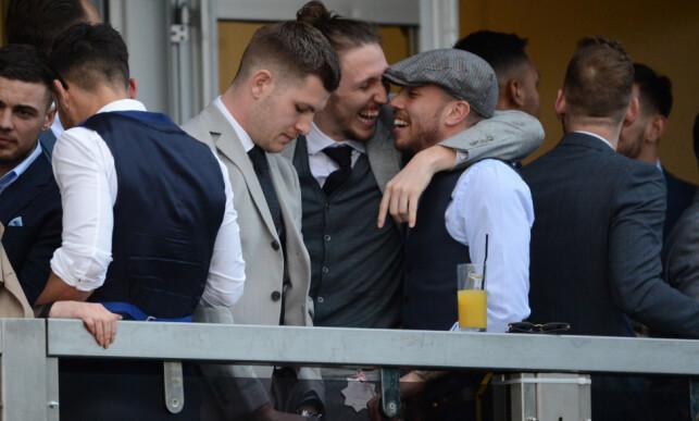 URINERTE I ØLGLASS: James Collins (t.v) urinerte i et ølglass under Cheltenham Festivalen. Samir Carruthers til høyre med sixpence. Foto: Mark Large/Daily Mail/Solo Syndication