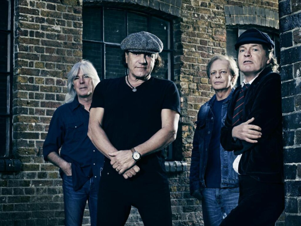 TILBAKE I SVART: Seks år etter salgssuksessen «Black Ice» er AC/DC tilbake med «Rock or Bust». Fra venstre Cliff Williams (bass), Brian Johnson (vokal), Stuart Young (ny rytmegitarist), Angus Young (gitar). Foto: Sony Music