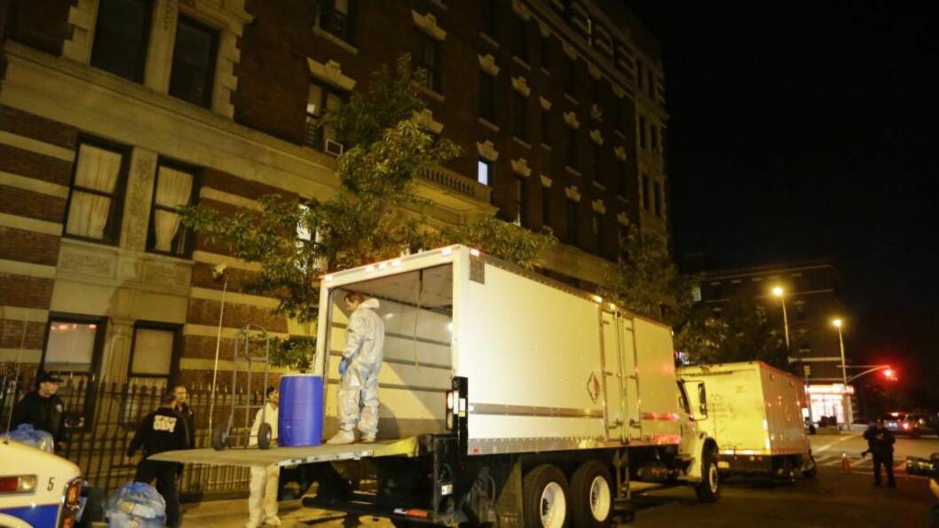FRISK IGJEN: Helsearbeidere fjernet 24. oktober utstyr fra leiligheten den ebolasmittede legen Craig Spencer i New York. Nå er legen friskmeldt igjen. Foto: AP Photo/Frank Franklin II, File