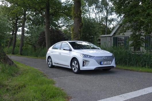 <strong><b>REKKEVIDDEN ØKER:</strong></b> Nye Hyundai Ioniq annonserer 280 kilometer oppgitt og 200 kilometer reell rekkevidde. Tendensen er generell i elbilmarkedet. Foto: KNUT MOBERG