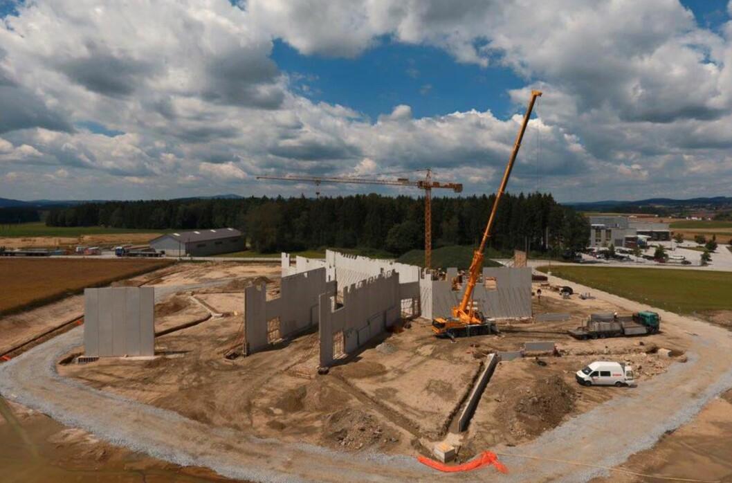 <strong><b>I KONSTRUKSJON:</strong></b> Dette er byggeplassen i Østerrike der Kreisel Electric setter opp sin nye fabrikk som skal stå ferdig i 2017. Der skal de produsere sine høy-effektive batteripakker. Foto: KREISEL ELECTRIC