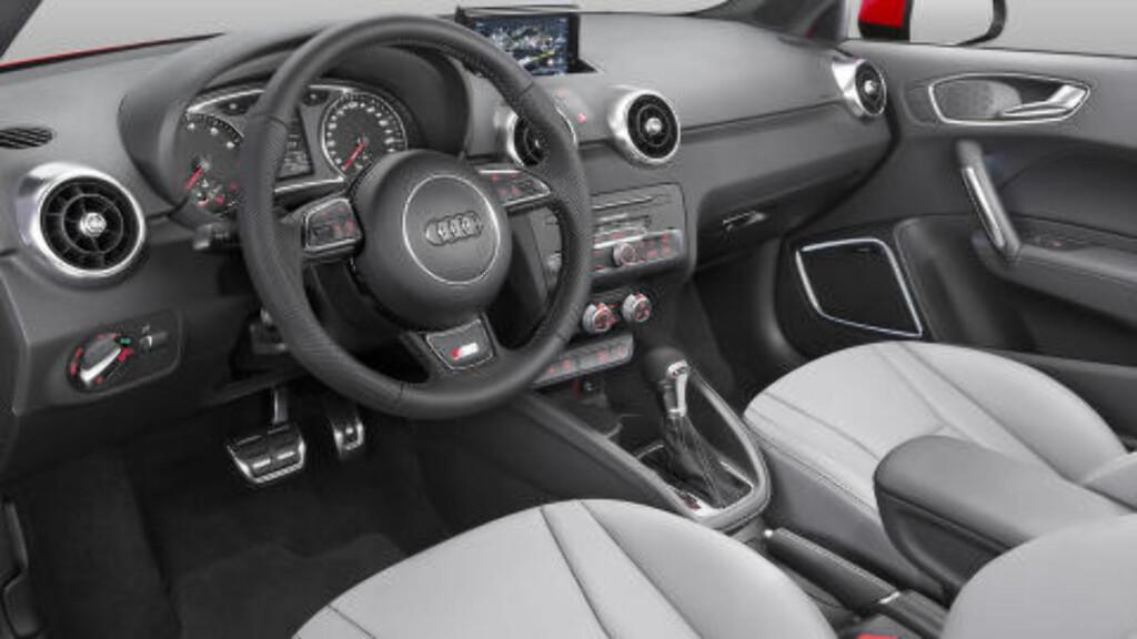 KLASSISK AUDI: Her har man valgt ikke å endre stort, og det er selvsagt fordi førermiljøet hos Audi er bortimot upåklagelig. Men en ting er endret. DAB+ er standard. Foto: AUDI