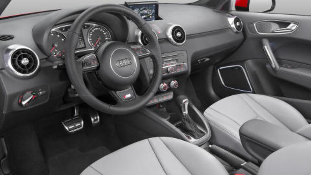 <strong>KLASSISK AUDI:</strong> Her har man valgt ikke å endre stort, og det er selvsagt fordi førermiljøet hos Audi er bortimot upåklagelig. Men en ting er endret. DAB+ er standard. Foto: AUDI