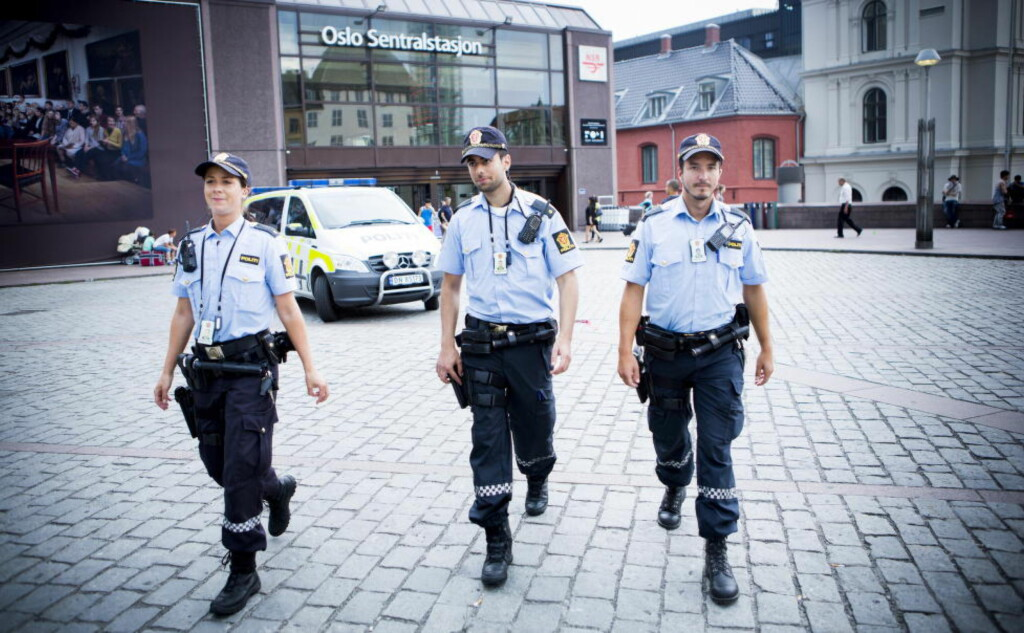 BAR VÅPEN I SOMMER: Politiet økte beredskapen i hele Oslo i forbindelse med PST varslede terrortrussel mot Norge i sommer. Her utenfor Oslo Sentralstasjon. Foto: Christian Roth Christensen