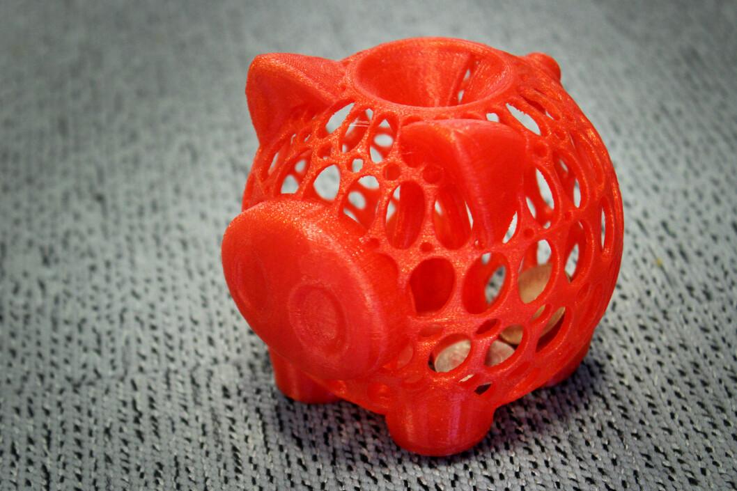 <strong><b>NØFF SAID:</strong> </B>Som bildet viser ble denne 3D-utskriften av en sparegris en suksess. Men 20-kroninger fikk vi dessverre ikke plass til gjennom sprekken, så sparingen kan ta sin tid.  Foto: OLE PETTER BAUGERØD STOKKE