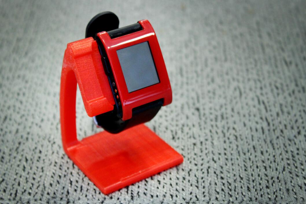<strong><b>STRØMLINJEFORMA:</strong> </B>I denne 3D-printede ladedingsen kan man sette inn Pebble Time-laderen og lade smartklokka. Klokka på bildet er ikke klokka den fungerer med, bare så det er sagt.  Foto: OLE PETTER BAUGERØD STOKKE