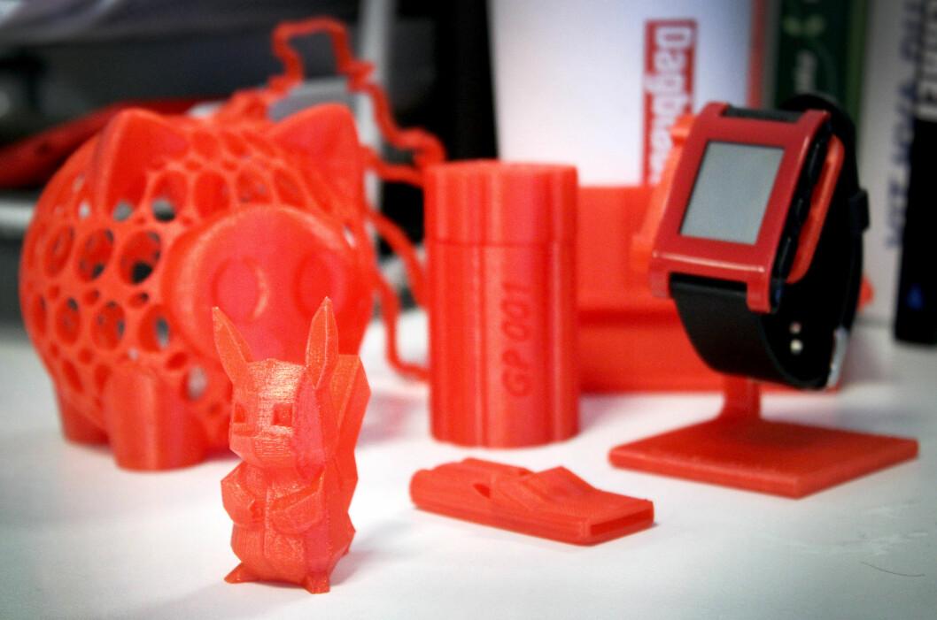 <strong><b>3D-PRINTET:</strong> </B>Dinside har 3D-printa for leserne våre. Resultatet ble alt fra pokemons til sparegriser og ekstrautstyr til bilen. Alt i rødt, da det var rød plast vi hadde i 3D-printeren... Foto: OLE PETTER BAUGERØD STOKKE