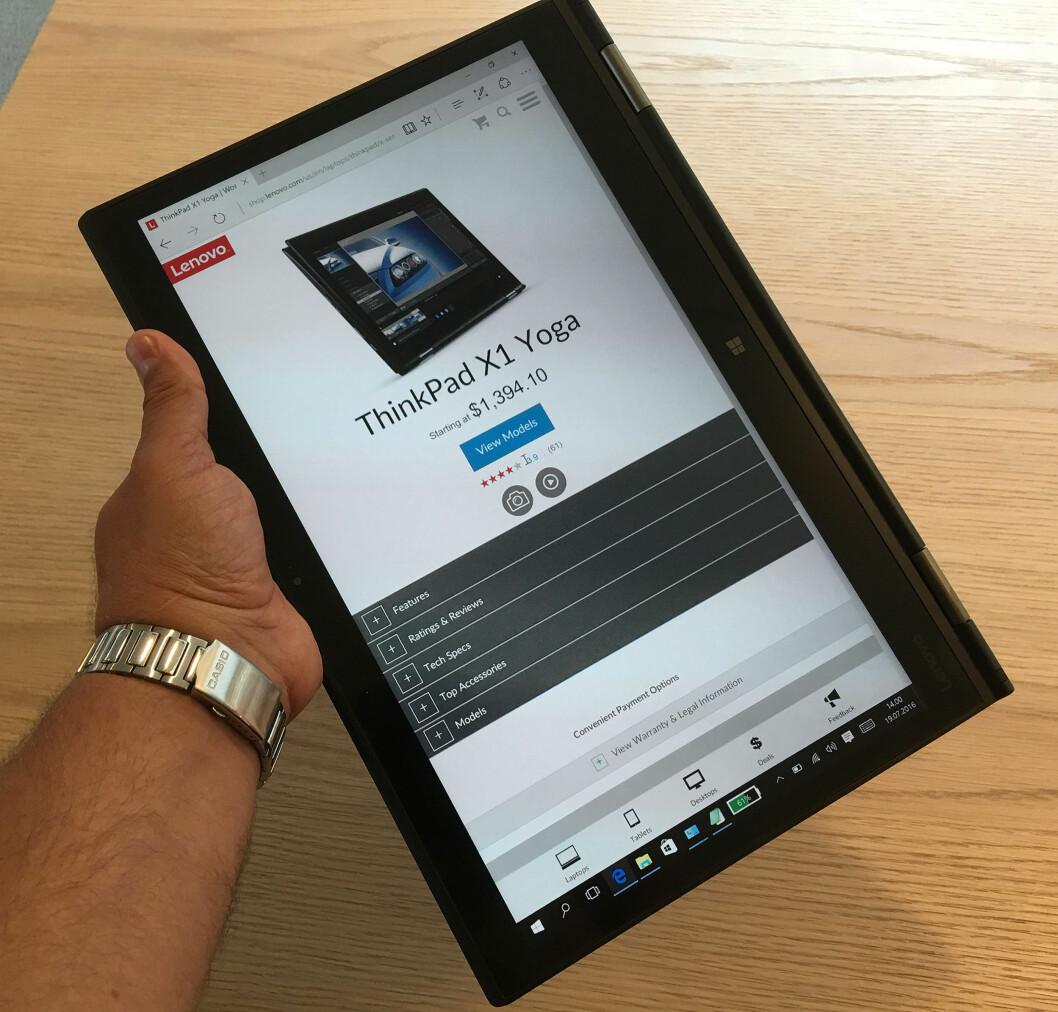 <strong><B>TABLETMODUS</B>:</strong> Snur du skjermen helt rundt, kan du bruke PC-en som en tablet/nettbrett. Men det er stor forskjell på å holde denne mot en iPad som veier en tredjedel. Foto: BJØRN EIRIK LOFTÅS