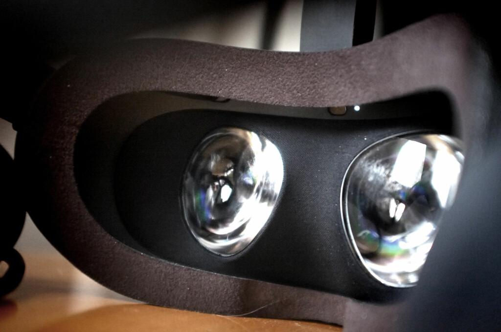 VINDU TIL ANNEN VERDEN: Kort forklart gir Oculus Rift deg to skjermer til hvert av øynene dine. Et kamera sporer hvor brillene befinner seg i rommet, og altså hvor du kikker. Bildet blir justert etter dette, så det virker som du er der på ekte. Foto: OLE PETTER BAUGERØD STOKKE