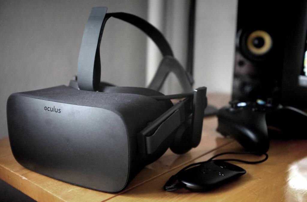 <b>HALLELUJA: </B>VR-brillene Oculus Rift har vi venta på lenge. Endelig sitter de på pulten vår. Eller, rettere sagt: De sitter som oftest på hodet vårt.  Foto: OLE PETTER BAUGERØD STOKKE