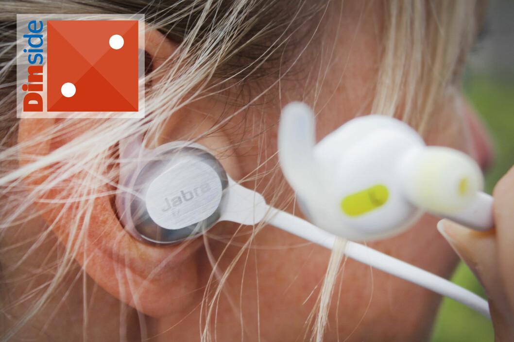 <b>PENE Å SE PÅ, MEN ...</b> Jabra Sport Rox er veldig pene å se på, og vi liker magnetfunksjonen   i øreproppene - som også aktiverer og deaktiverer standbymodus, men de er rett og slett vonde å ha på. Og de ramler ut hele tiden. Foto: OLE PETTER BAUGERØD STOKKEOLE PETTER BAUGERØD STOKKE
