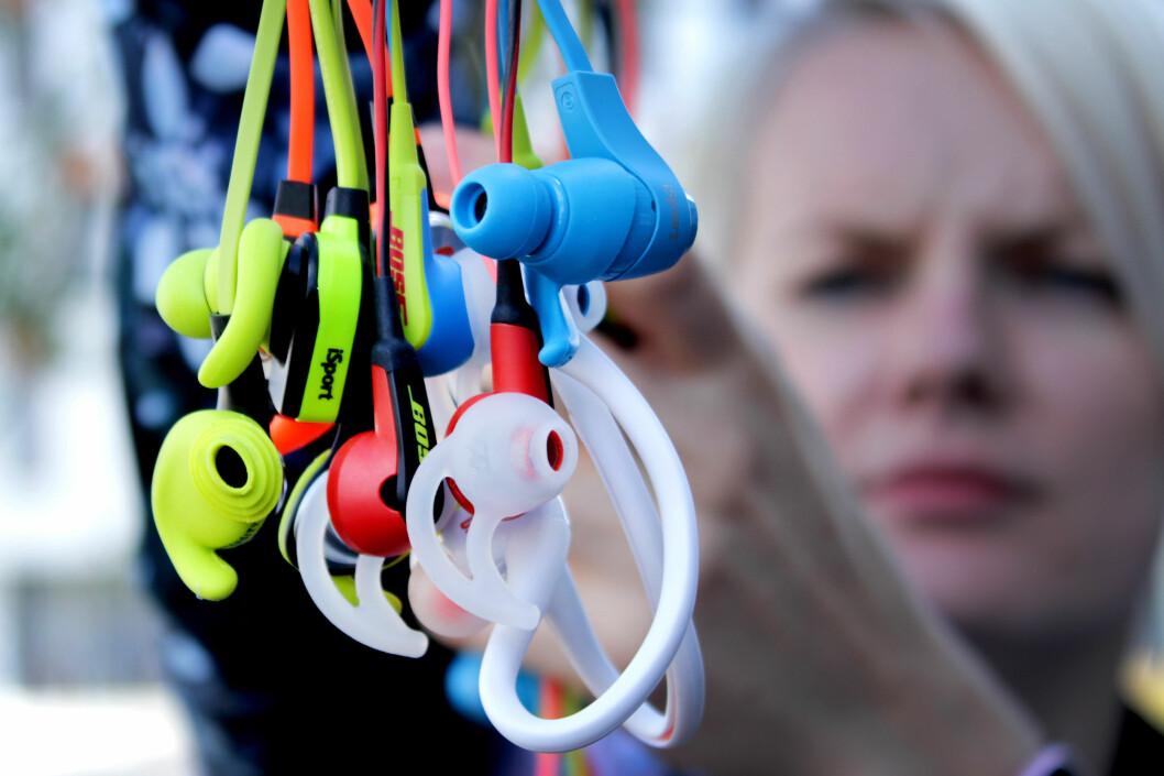 <strong><b>IKKE HELT TRÅDLØST:</strong></b> De fleste trådløse øreproppene du får kjøpt i dag har fremdeles ledning, hvor det typisk sitter en betjeningsenhet. Ledningen sørger også for at proppene holder seg samlet. Foto: OLE PETTER BAUGERØD STOKKE