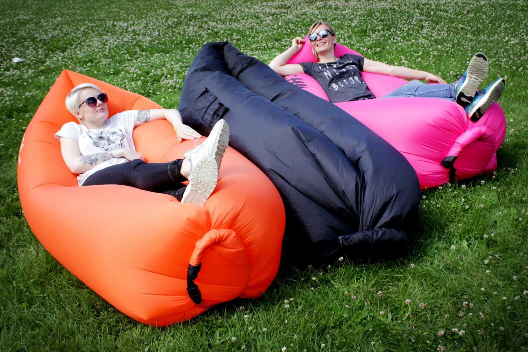<strong><b>SLAPPE AV:</strong></b> Joda, det er behagelig - etter mye styr. Og som man ser på sofaen i midteb - å få nok luft inni produktene var ikke lett på en vindstille dag. Foto: OLE PETTER BAUGERØD STOKKE