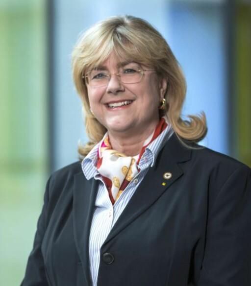 SJEKK DATOEN: Katrin Müllenbach-Schlimme i ADAC sier de anbefaler å sjekke produksjonsdatoen i hjelmen og å bytte hvert 5. år. Foto: ADAC