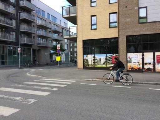 SYKKELFELT: Bilistene har vikeplikt for denne syklisten, siden han sykler på sykkelfelt i veibanen. Men skillet mellom sykkelfelt og sykkelvei er ikke alltid åpenbart. Foto: TORE NESET