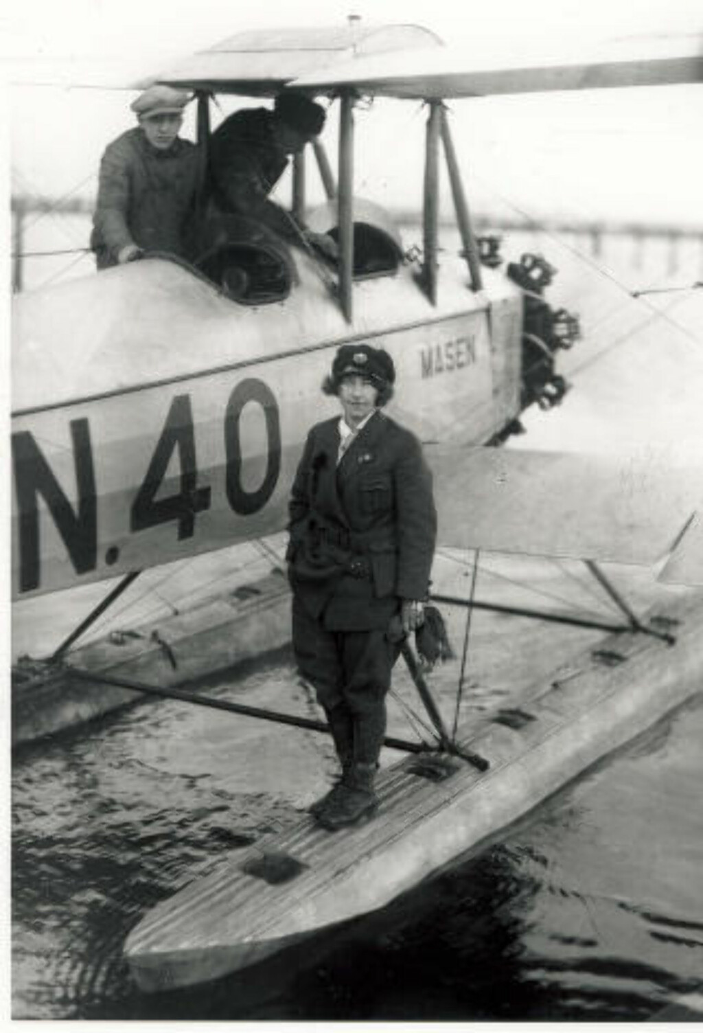 NI GANGER ÅRSINNTEKT: Gidsken Jakobsen betalte 18 000 kroner for flyet, ni ganger hennes egen årslønn som kontordame i farens firma.  Foto: NORSK LUFTFARTSMUSEUM