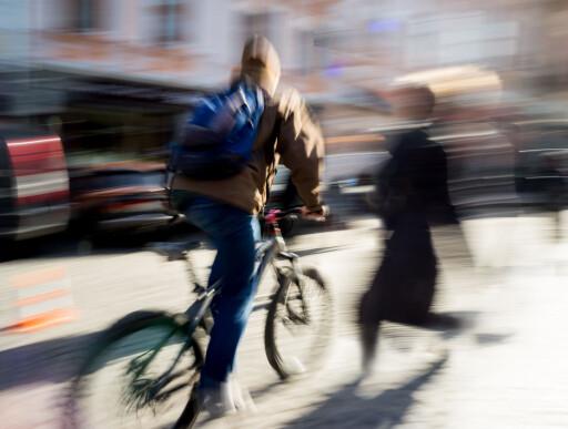FARLIG MØTE: Syklister og fotgjengere lever ikke alltid godt sammen på fortauet. Foto: VOLODYMYR BALEHA / SHUTTERSTOCK/NTB SCANPIX