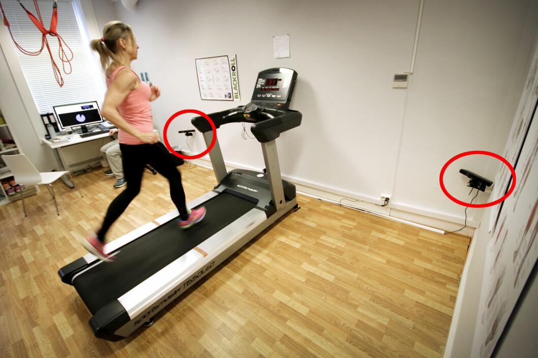 <strong><b>FILMES:</strong></b> Testen foregår ved at du løper på tredemølle, og dine bevegelser blir registrert og filmet av to Kinect-kameraer. Foto: OLE PETTER BAUGERØD STOKKE