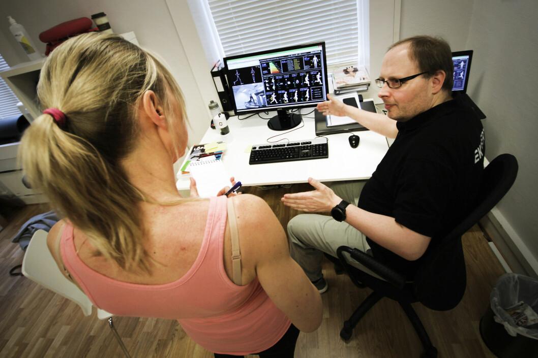<strong><b>FORKLARER:</strong></b> Testansvarlig Odd Idar Hansen hos Löplabbet forklarer hva resultatene betyr - og gir råd om hva vi kan gjøre for å forbedre teknikken. Foto: OLE PETTER BAUGERØD STOKKE