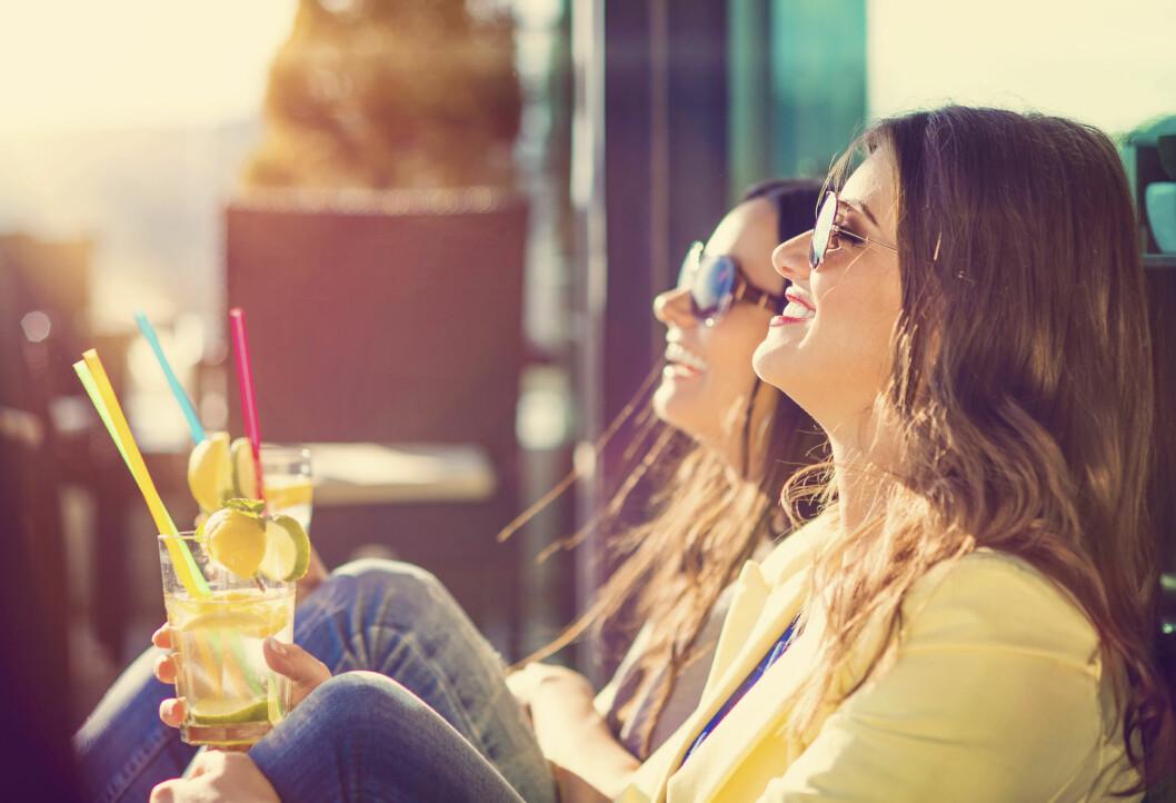 <b>ENDELIG SOL?</b> Husk solkremen, selv om du bare nyter sola på café. Og ja, du <i>kan fint</i> bruke kremen fra i fjor, om den ser ut som og lukter som den bør ... Foto: HALFPOINT/SHUTTERSTOCK/NTB SCANPIX