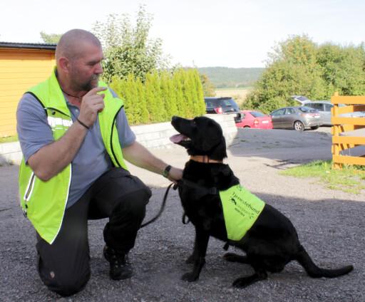 EN HUND ETTER VEGGEDYR: Tor Oljar driver med firmaet DogPoint søk etter veggedyr med spesialtrente hunder. De kan søke seg frem til veggedyr på et mye tidligere tidspunkt enn ved et vanlig visuelt søk, og du kan dermed komme i gang med behandling på et mye tidligere tidspunkt - og før veggedyrproblemet blir mye større. Foto: KRISTIN SØRDAL