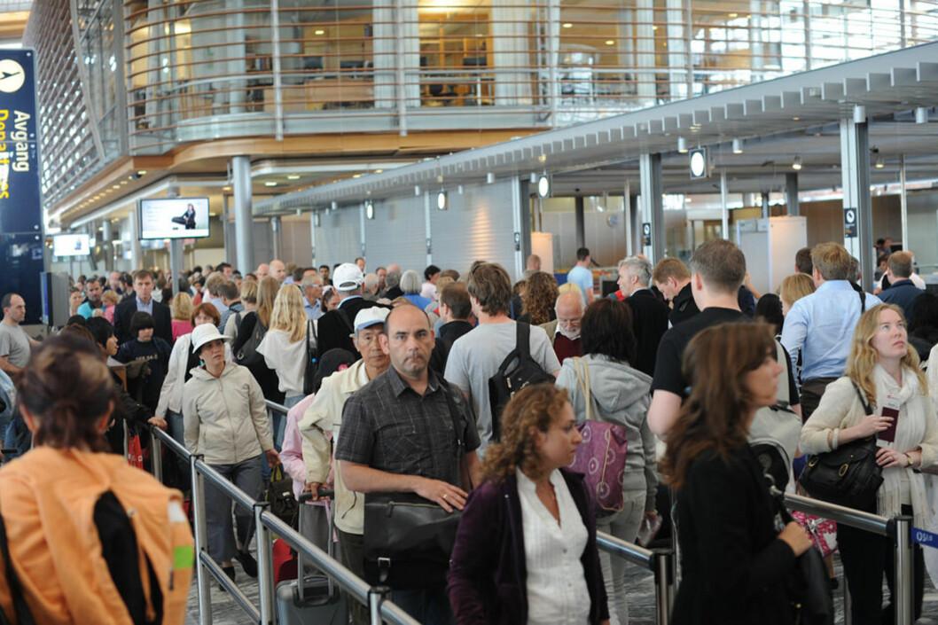 <strong><b>TRAVELT:</strong></b> Enten du reiser fra Oslo Lufthavn (avbildet) eller andre steder i landet er trendene de samme. Vi liker å reise om morgener og ettermiddager, i helgene og i fellesferien. Da er også sikkerhetskontroll-køene lengst. Foto: ALL OVER PRESS