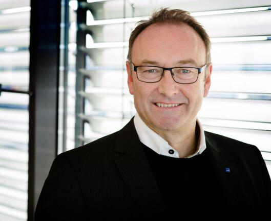 <strong><b>DELER UT MAT:</strong></b> Informasjonssjef i SAS, Knut Morten Johansen, forteller at de deler ut mat til passasjerer som har betalt for reiser inkludert servering. Foto: BJORN H STUEDAL/SAS