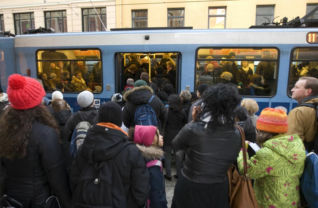 FATTIG TRØST: Når alt svikter i kollektivtrafikken, hjelper det lite at du får igjen pengene for taxi. Foto: BJØRN SIGURDSØN/NTB SCANPIX