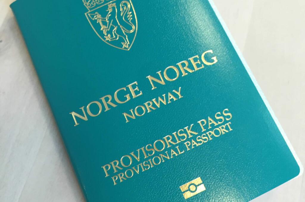 <b>TURKIS PASS?</b> Ja, det er norsk. Slik ser det nye, provisoriske passet ut, som er maskinlesbart. Foto: POLITIET
