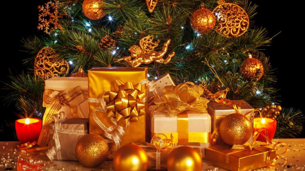 FLASKER I GAVE:  Desember måned er her igjen, og juleshoppingen er i gang for fullt. Et besøk innom Vinmonopolet kan for mange være en god løsning så lenge man handler til den voksne delen av befolkningen. Foto: COLOURBOX