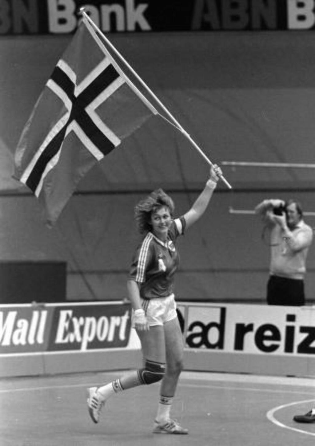HÅNDBALLEGENDE: Hanne Hegh med det norske flagget etter VM-bronsen i Nederland i 1986, mesterskapet som var gjennombruddet for håndballjentene. Foto: Dagbladet