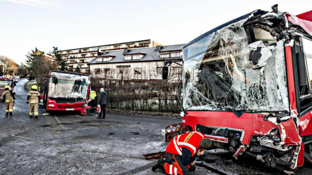 <strong>STOR SKADE:</strong> Begge bussene er skadd. Foto: Hans Arne Vedlog  / Dagbladet