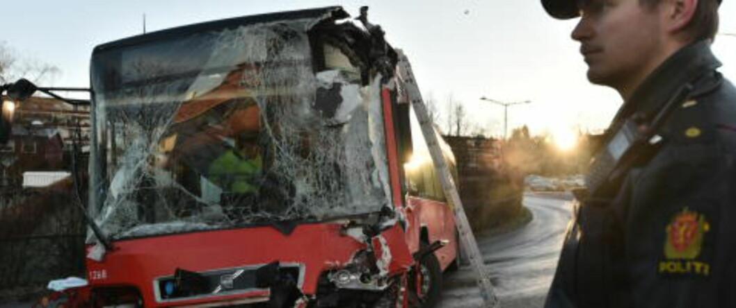 <strong>ØDELAGT:</strong> Rutebussene kolliderte i en sving. Det er svært glatte kjøreforhold i området, ifølge Dagbladets reporter på stedet. Foto: Hans Arne Vedlog / Dagbladet