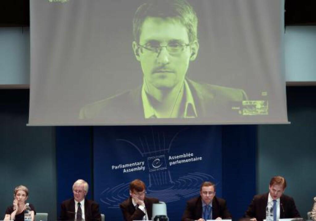 Utløste: Edward Snowdens avsløringer har utløst debatten om hvem som skal itte med kontrollen over internett. Her snakker han med europaråd-politikere under en debatt om beskyttelse for varslere.  Foto: Frederick Florin/AFP