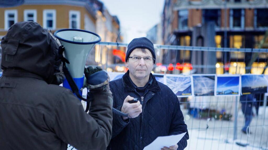 KALLER SEG UAVHENGIG FORSKER: Hans Kristian Gaarder fotografert under en  chemtrails-demonstrasjon på Youngstorget i januar i år. Foto: Christian Roth Christensen / Dagbladet