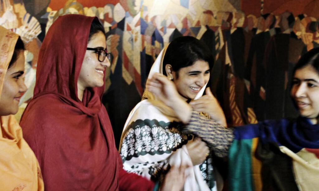 image: Jentene som ble glemt: Da Taliban kom inn på skolebussen i 2012, traff kulene også Kainat (17) og Shazia (16)
