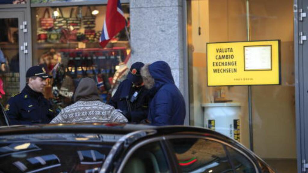 SJEKKER: Etter hendelsen sjekket politiet en rekke personer utenfor Rådhuset. Personene på bildet sier til Dagbladet at de ble spurt om legitimasjon før de fikk gå igjen, og at de oppfatter situasjonen som uproblematisk. Foto: Jacques Hvistendahl  / Dagbladet