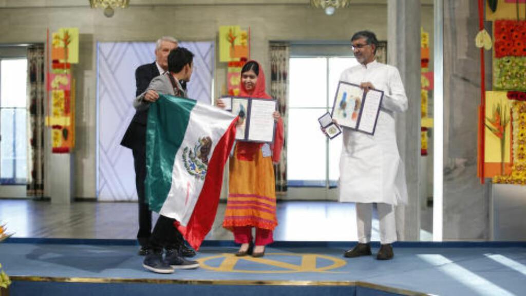 VED PRISVINNERNE: Den unge mannen kom helt opp til Malala Yousafzai og Kailash Satyarthi. Foto: Cornelius Poppe / NTB scanpix