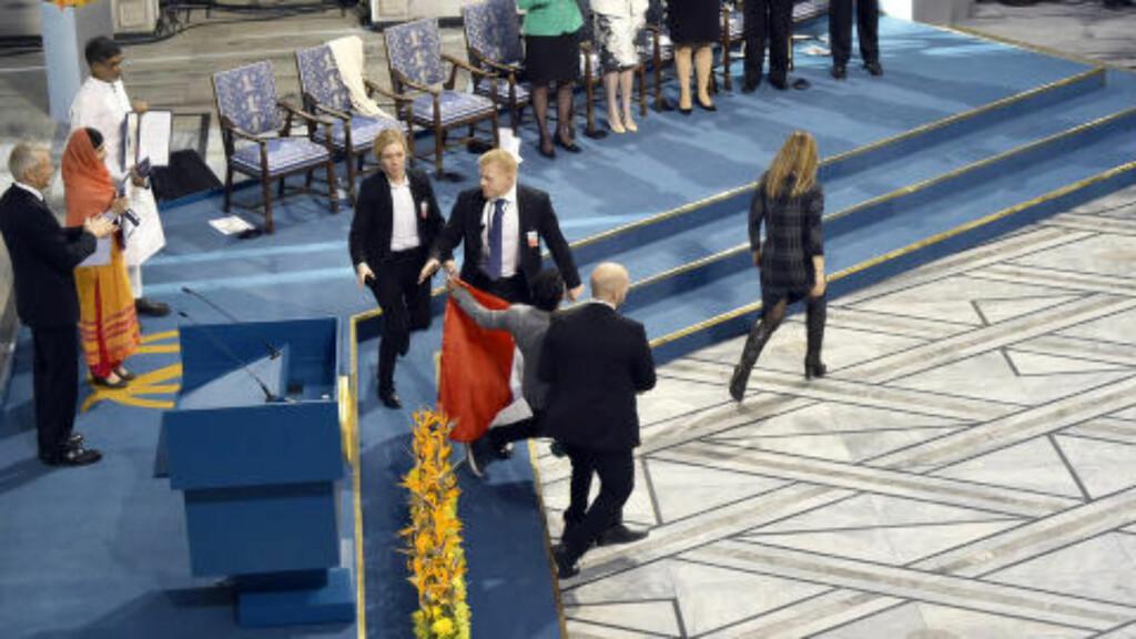 KONTROLL: Den unge mannen dras ned fra scenen. Foto: Hans Arne Vedlog  / Dagbladet