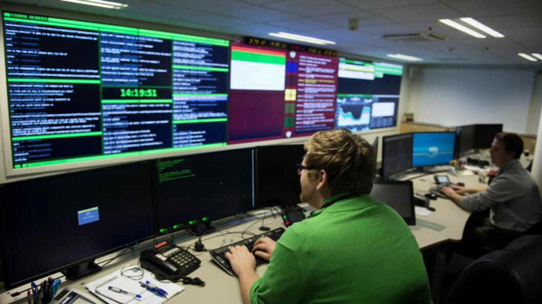 <strong>FIKK UTSLAG:</strong> Nasjonal Sikkerhetsmyndighet har selv fått mistenkelige utslag etter at de har undersøkt områdene Aftenposten mener å ha avdekket falske basestasjoner. Men først tidlig neste uke vil de kunne begynne å konkludere. Bildet viser operasjonssentralen til NSM, som behandler rundt 40 saker hver dag. Foto: Øistein Norum Monsen/Dagbladet.